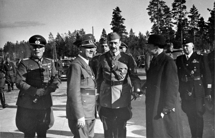 ◼Hitler vieraili marsalkka Mannerheimin 75-vuotispäivillä kesäkuussa 1942. Mannerheimin oikealla puolella presidentti  Risto Ryti.