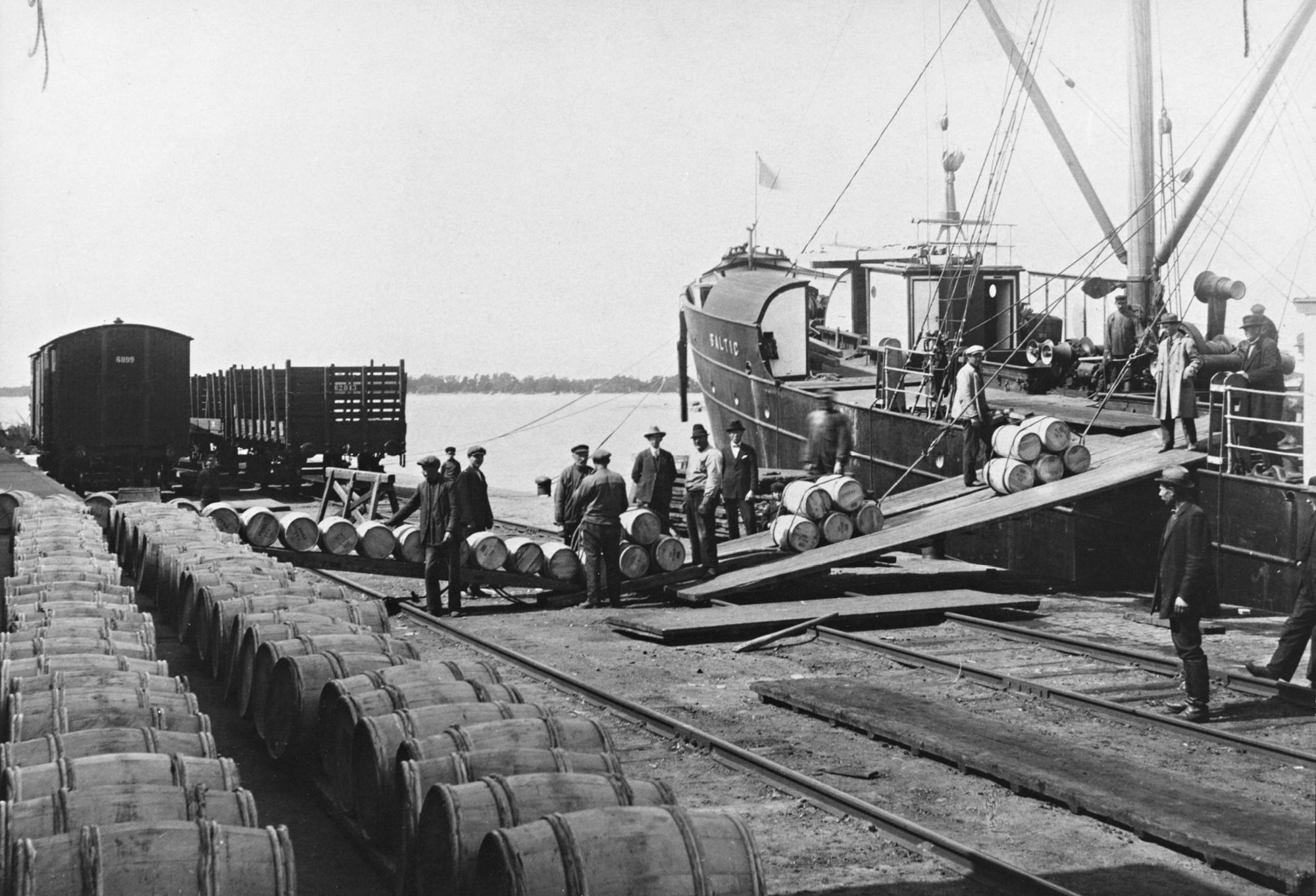 Vientivoita lastataan Hangon satamassa 1920-luvun lopulla.
