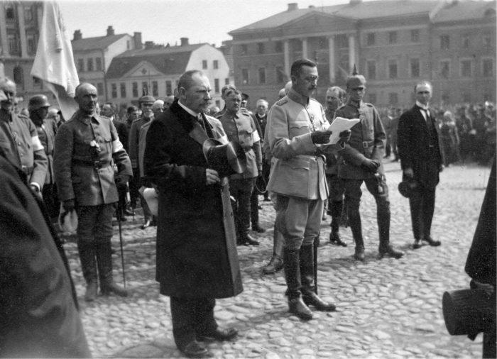 ◼Valtionhoitaja P.E. Svinhufvud, ylipäällikkö C.G.E. Mannerheim ja saksalaisjoukkojen komentaja Rüdiger von der Goltz valkoisten voitonparaatissa Helsingissä 16. toukokuuta 1918.