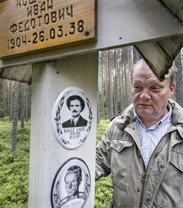 ◼Ossi Kamppinen katselee isoenonsa Kalle Lahden hautapylvästä Krasnyi Borissa.