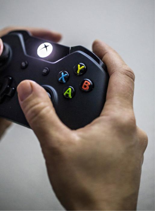 ◼Yksi pelaajan peukalo, yhdeksän erilaista hahmon liikettä ruudulla.