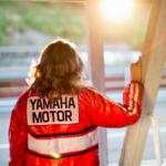 Soili Karme kantaa Jarno Saarisen varikkotakkia Ahveniston moottoriradalla Hämeenlinnassa elokuusa 2012.
