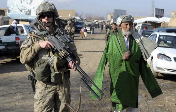 Suomikin on ollut osapuolena Afganistanin kriisinhallinnassa vuodesta 2002 alkaen. Suomalainen sotilas suojasi kylänvanhimpien kokousta Balkhin maakunnassa Afganistanissa 2. helmikuuta 2013.