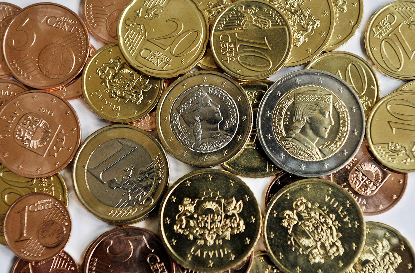 Uunituoreita Latvian euroja kuvattuna 28. joulukuuta.