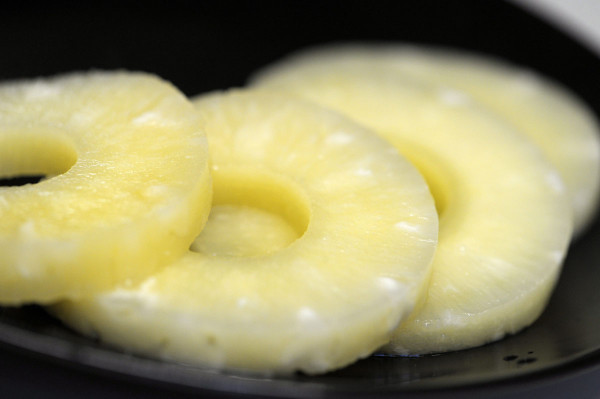 Ananasviipaleita purkissa. Suomeenkin tuotavia elintarvikkeita tuotetaan tehtaissa, joissa työntekijöiden ihmisoikeuksia loukataan.