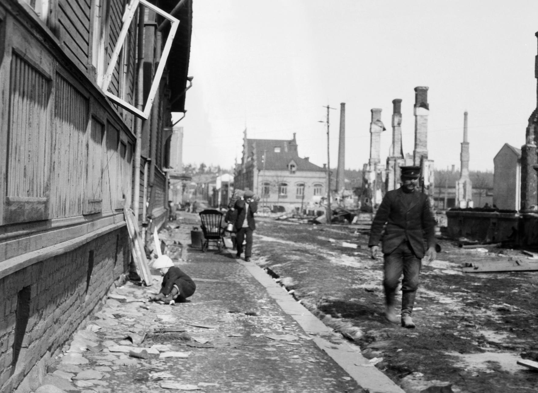 1_Lapsi leikkii kadulla Tammelassa Tampereen valtauksen jälkeen