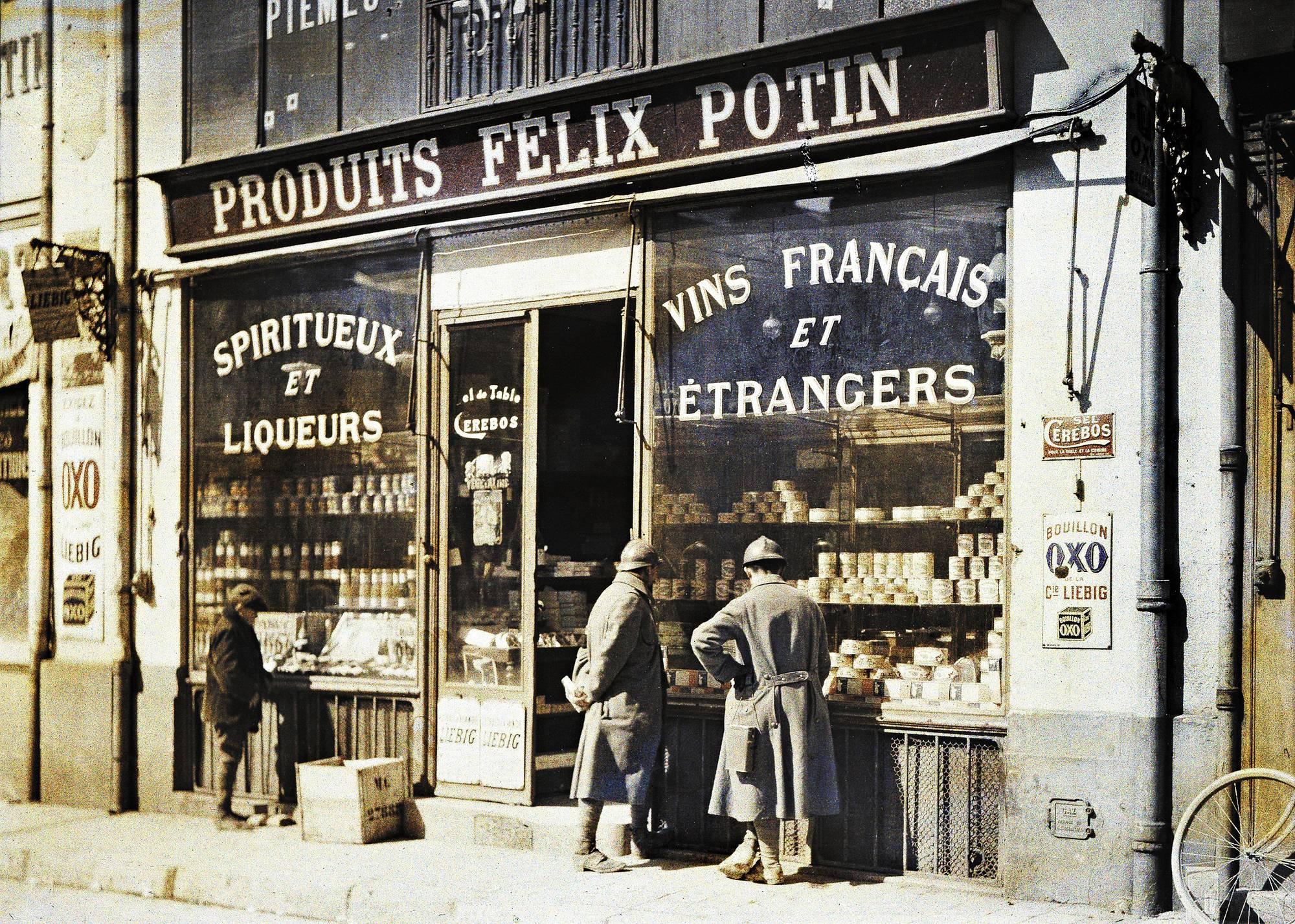 Reims, 1916. Alkoholiliikkeiden hyllyillä riitti tavaraa sota-aikanakin.