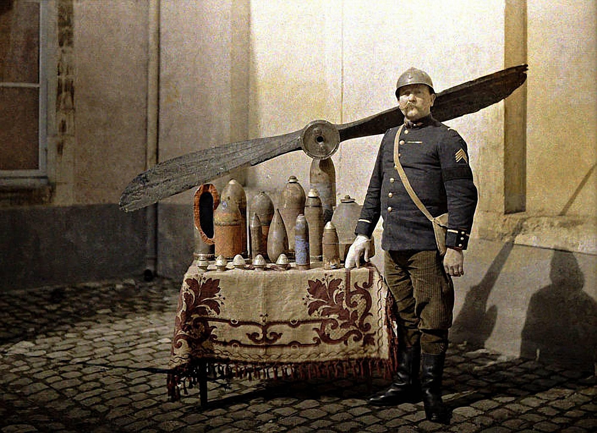 Reims, 1917. Ranskalainen sotilas esittelee saksalaisilta saatua sotasaalista.