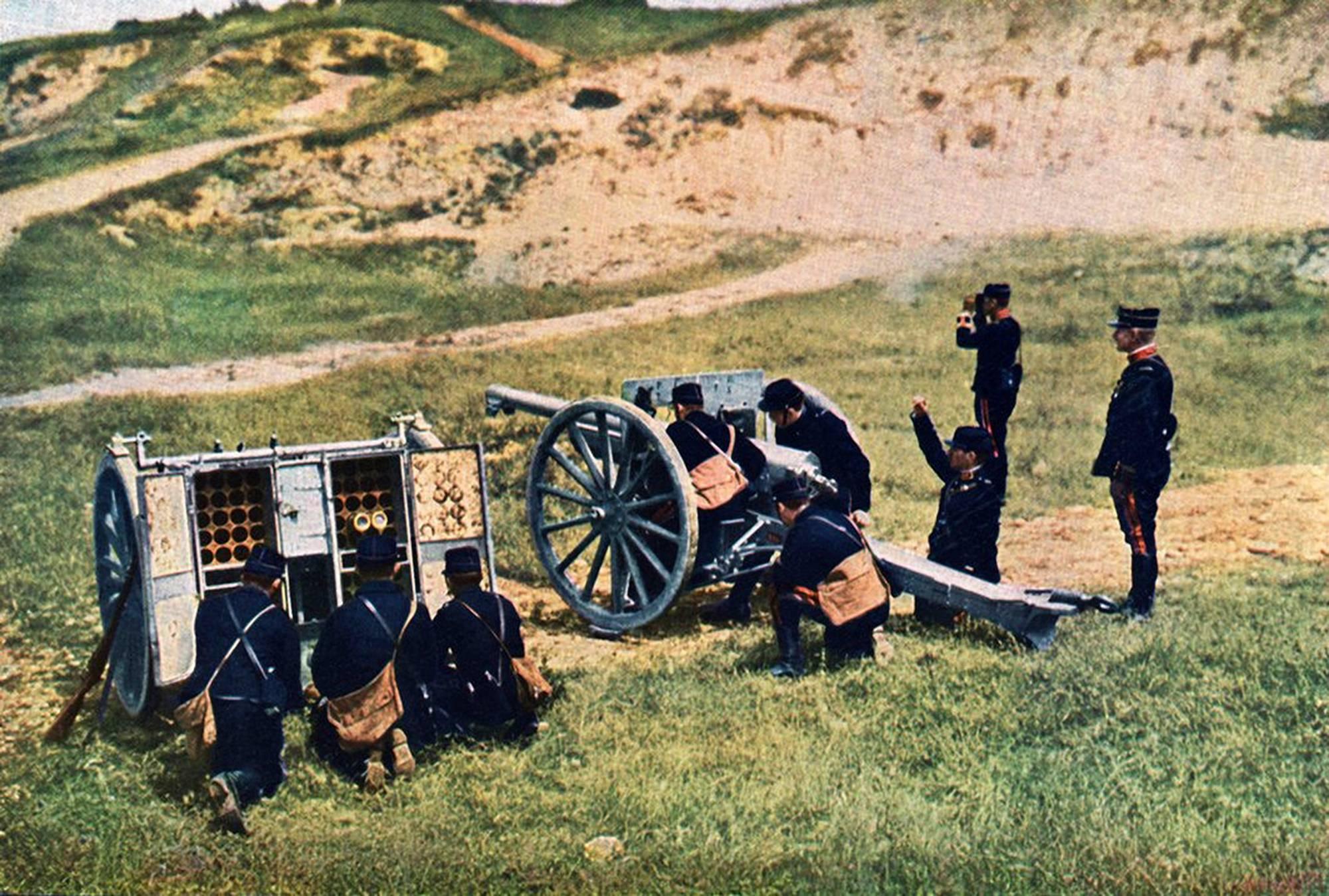 Meaux, 1914. Tykkiryhmä on asettunut lavastettuun kuvaan Marnejoen ensimmäisen taistelun jälkeen.