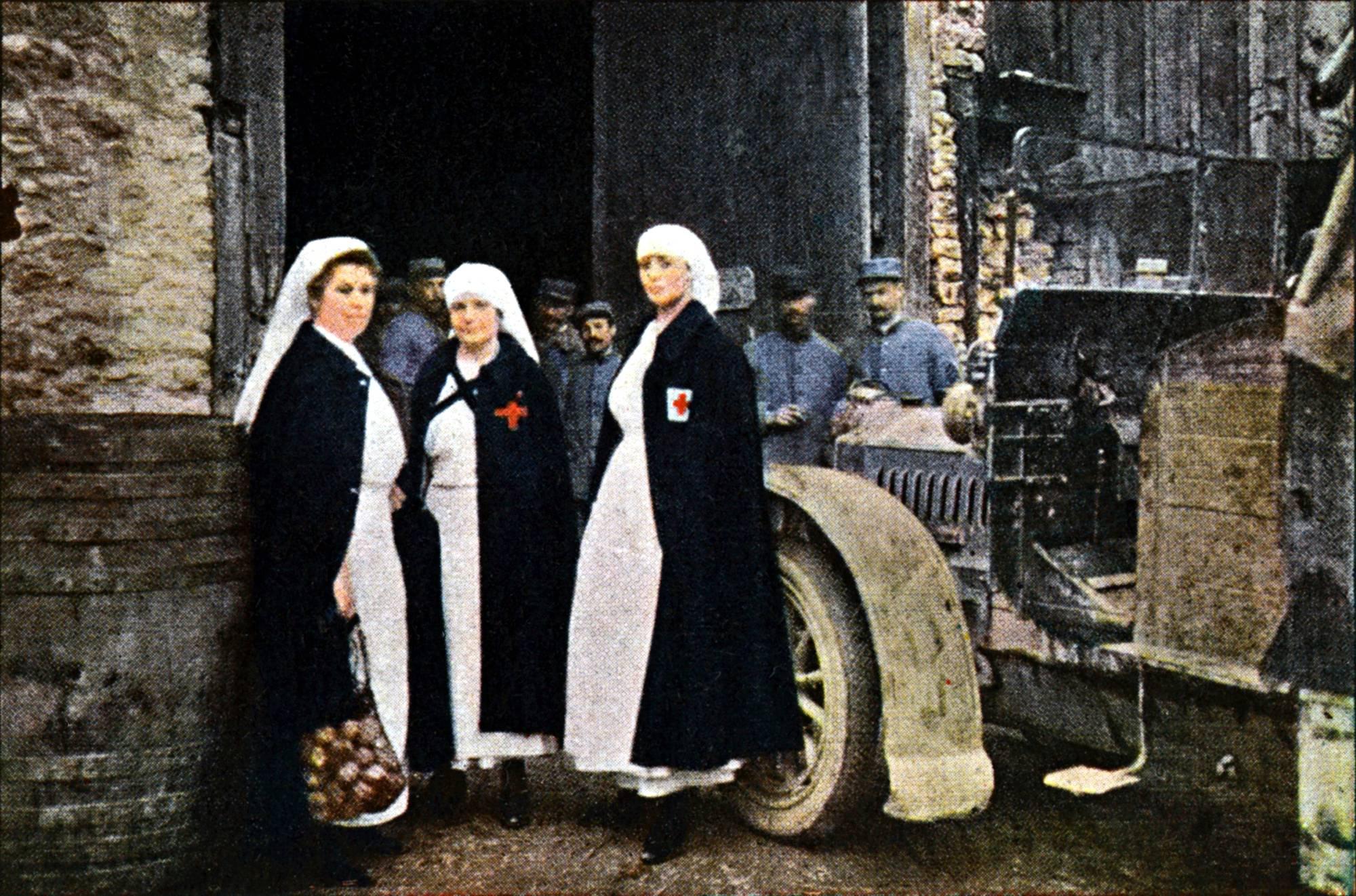 Verdun, 1916. Ambulanssi sairaanhoitajineen valmiina rintamalle.