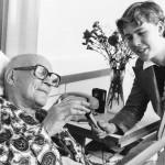 Maarit Tyrkkö haastattelemassa eturauhasleikkauksesta toipuvaa presidentti Kekkosta vuonna 1974.
