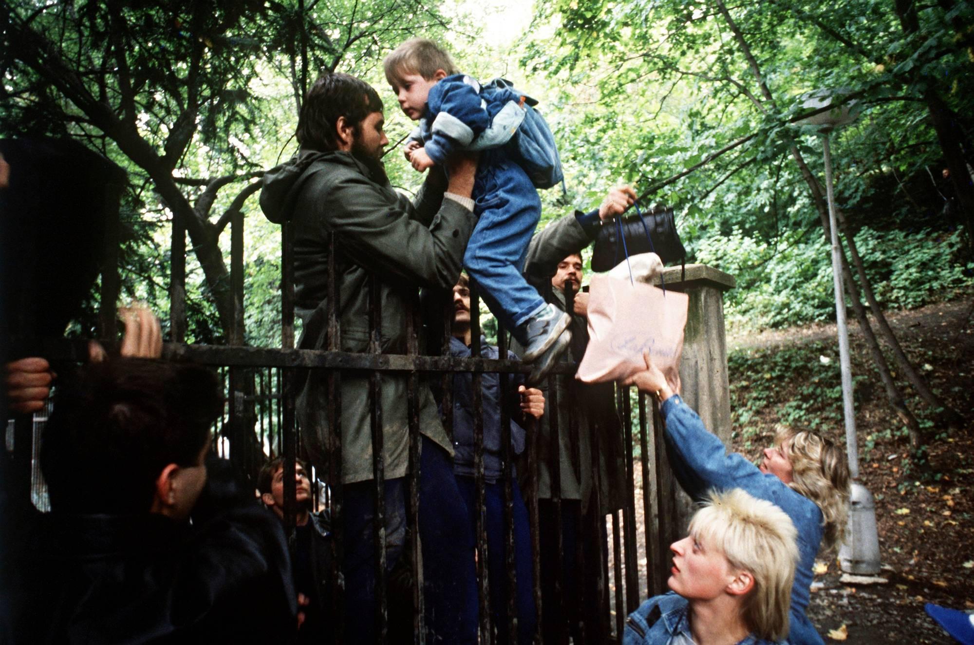 Itäsaksalaiset pakolaiset kiipesivät aidan yli Länsi-Saksan lähetystön pihalle Prahassa 29. syyskuuta 1989. Kuva: Kemmether / Picture Alliance / DPA / AP