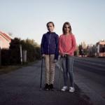 Vielä vähän aikaa sitten Peppi (vas.) ja Aada liikkuivat pyörätuolilla. Suurelta osin ylipainehappihoidon ansiosta he pystyvät nyt kävelemään keppien avulla.