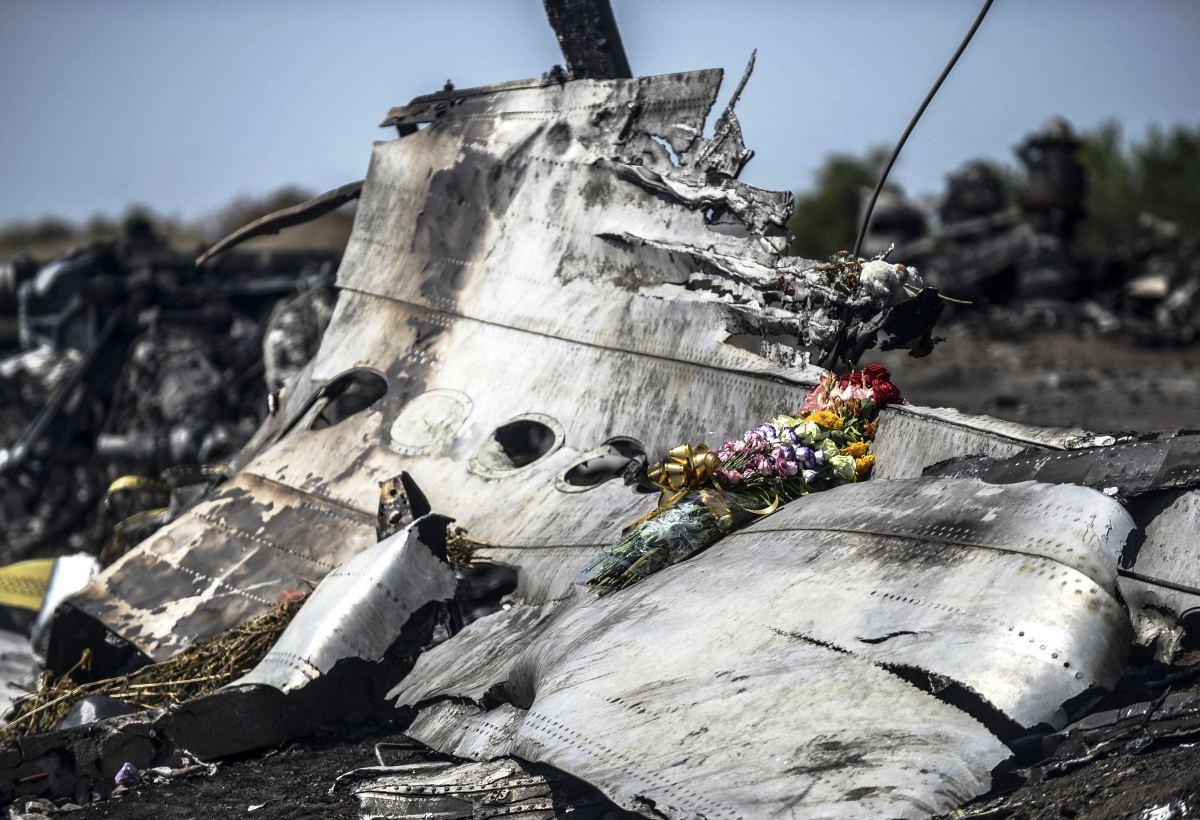 Omaiset jättivät kukkia matkustajakoneen tuhossa kuolleen muistoksi lähelle Grabovon kylää 26. heinäkuuta 2014.