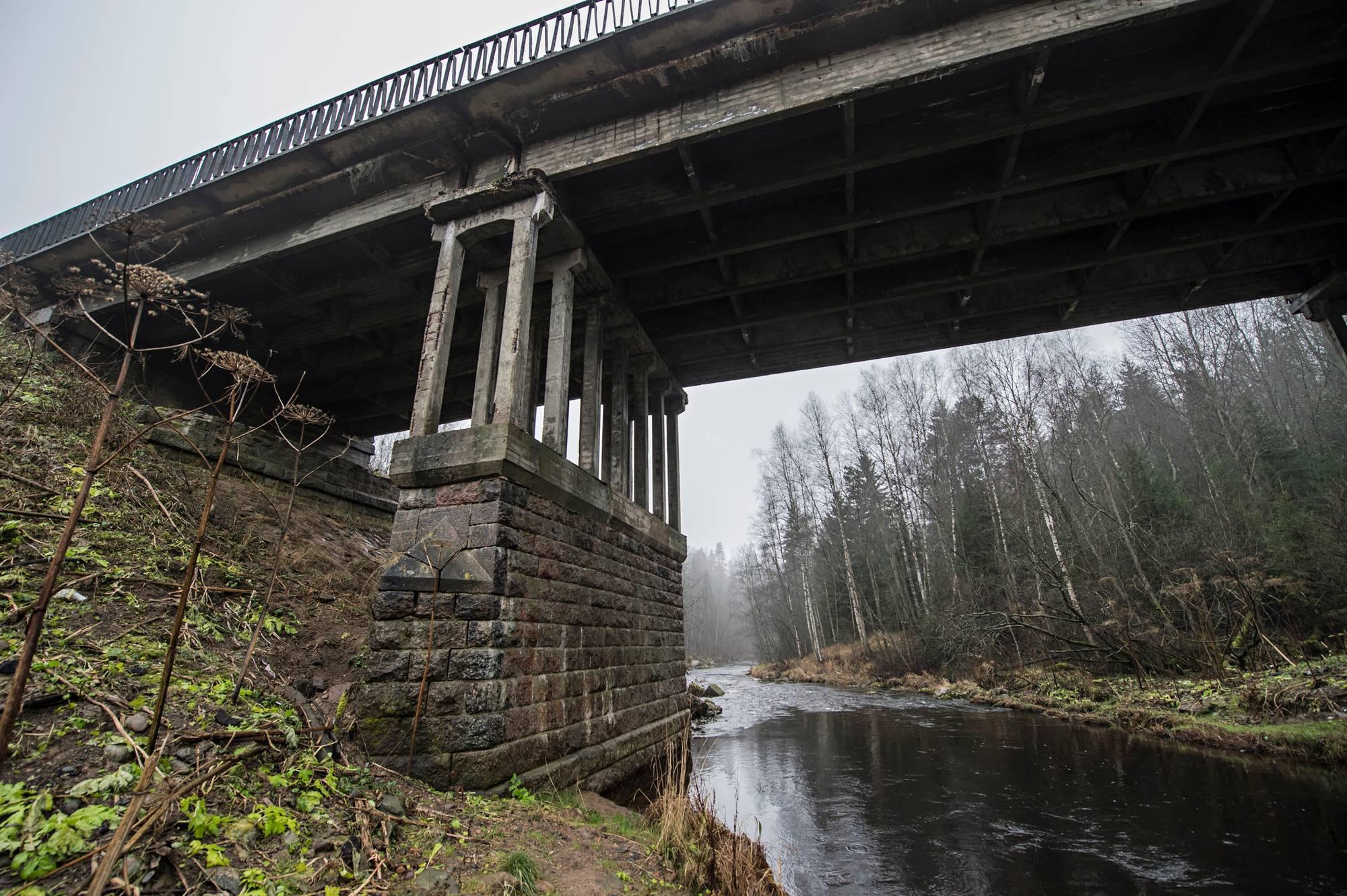 Rajajoen vanha kiviarkku on tallella uuden sillan alla.