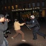 Suomen Kuvalehden valokuvaaja kuvaamassa Smash Asem -mielenosoitusta 9. syyskuuta 2006.