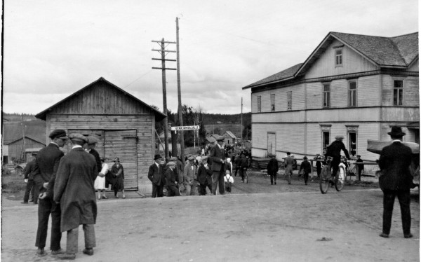 Kivennavan kirkonkylä oli vireä kaupan ja hallinnon keskus lähellä itärajaa. Kunnalliskodin mielisairasosastolle jäi lukkojen taakse potilaita, kun talvisota syttyi.