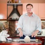 Johdon konsultti ja kotileipuri Jukka Kotkanen tahtoisi opettaa maailman syömään juureen leivottua ruisleipää.