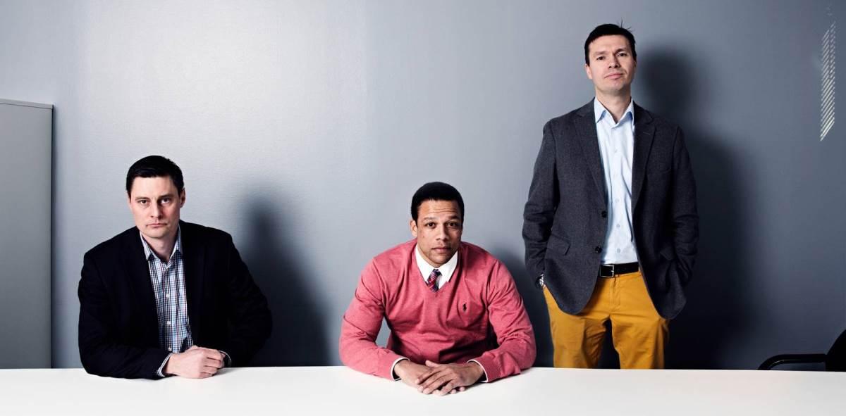 Michael Moberg, James Mashiri ja Charly Salonius-Pasternak laativat kolme tulevaisuudenskenaariota. Kuva Markus Pentikäinen