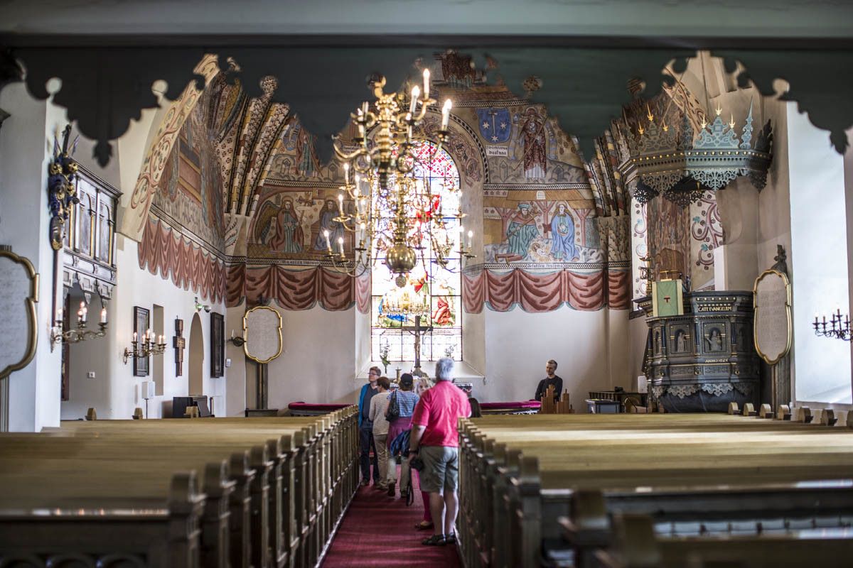 Rauman Pyhän Ristin kirkon Kristuksen kirkastus Tabor-vuorella -aiheinen lasimaalaus on valmistettu Berliinissä. Sen lahjoitti kirkolle kunnallisneuvos J.W. Söderlund vuonna 1891.