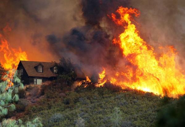 Metsäpalo Lower Lakessa Kaliforniassa 31. heinäkuuta 2015.