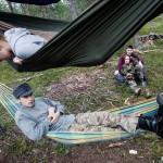 Jimi Viitasaari, 17, ja Liisa Meskus, 13, nukkuvat mieluummin riippumatossa kuin teltassa. Taustalla Aleksi Juopperi, 17, ja Lotta Meskus, 15.