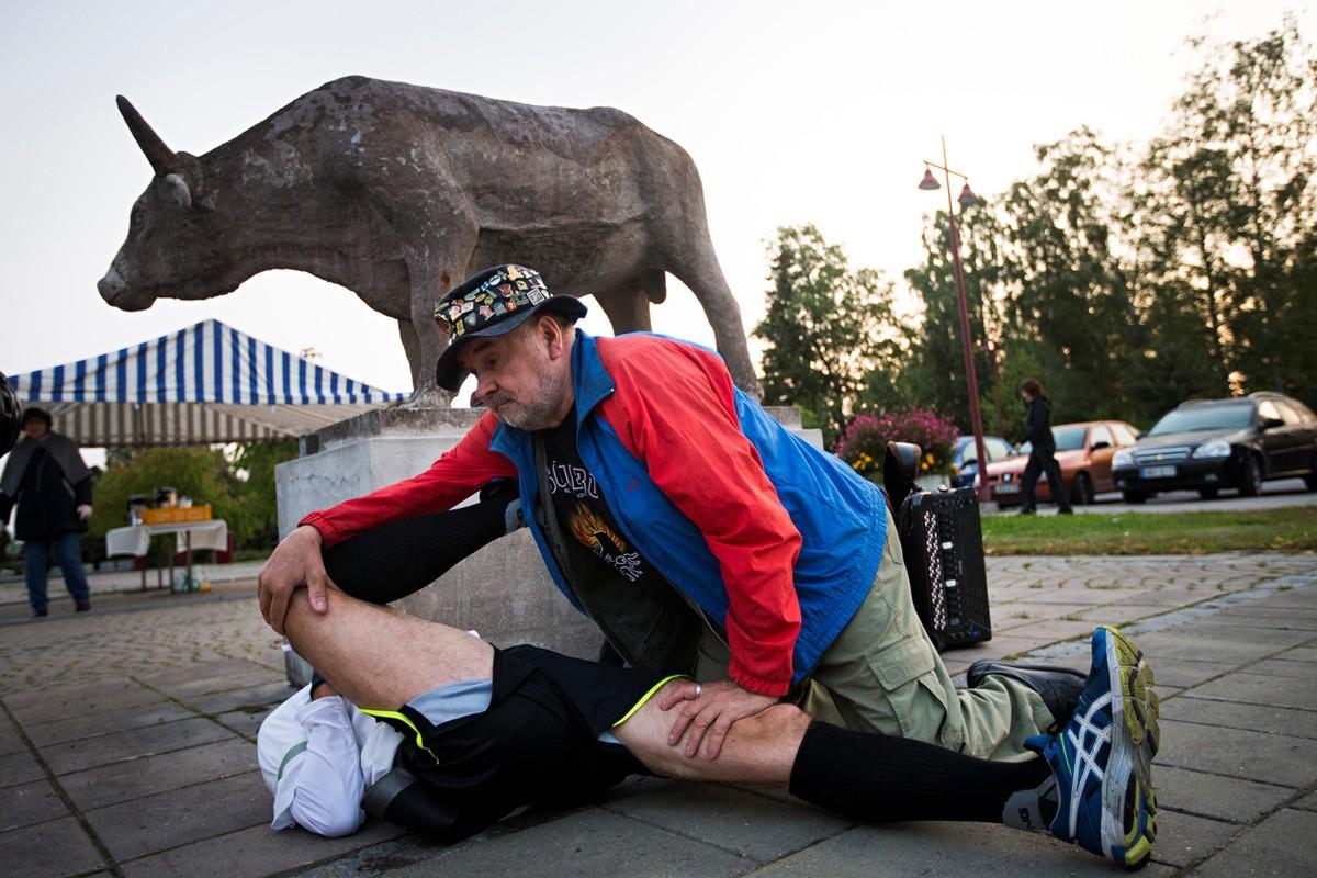 Somero, klo 6.02. Hanuristi, hieroja Raimo Rönkkö venyttää uupuneita lihaksia.