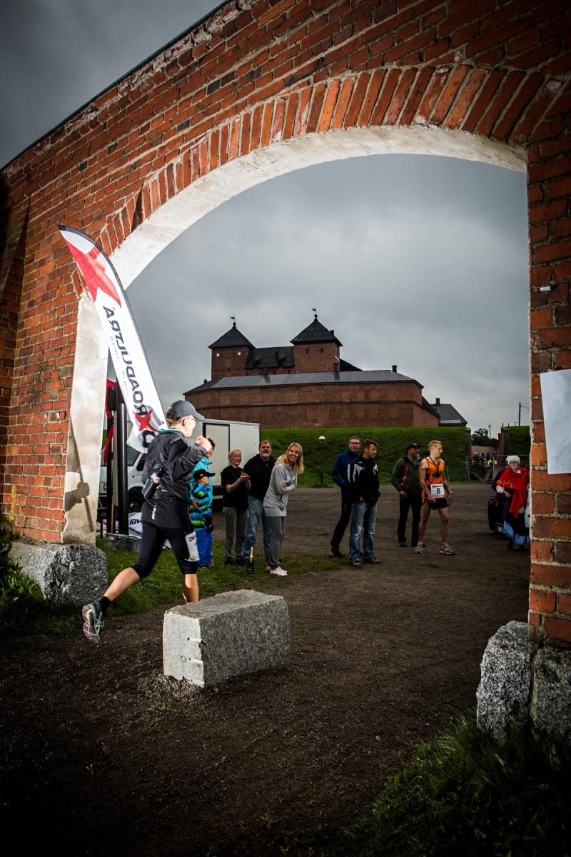 Hämeenlinna, 18.35. Teija Honkonen saapuu maaliin, Hämeen linnaan.