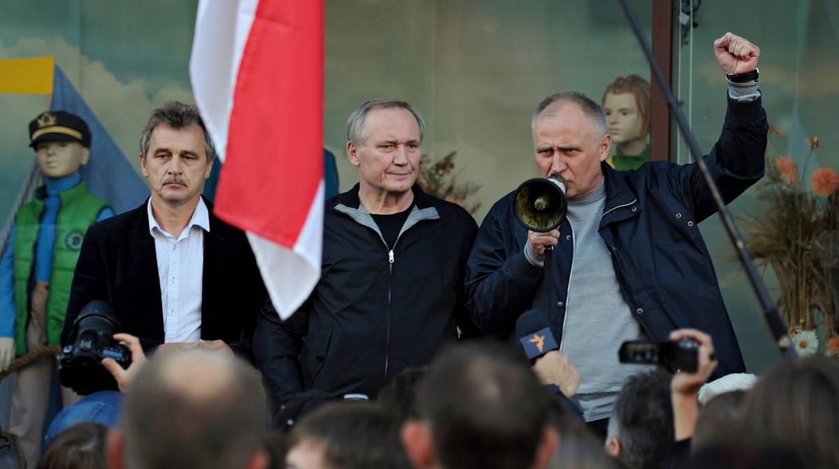 Oppositiojohtajat Anatoli Lebedko, Vladimir Nekljajev ja vankilasta vapautettu Mikola Statkevitš puhuivat kannattajilleen Minskissä 10. syyskuuta 2015.