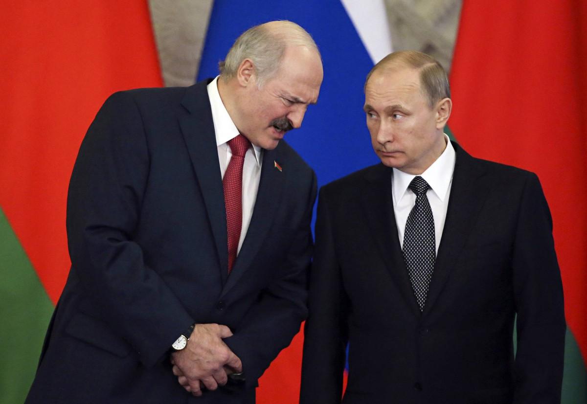 Valko-Venäjän presidentillä Aljaksandr Lukašenkalla (vas.) ja Venäjän presidentillä Vladimir Putinilla on pitkä yhteinen historia. Tässä kuvassa on kohtaaminen Moskovassa maaliskuussa 2015.