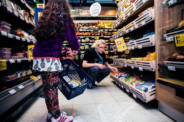 Satu Ängeslevä on huolissaan siitä, miten pikkukauppa pärjää, jos kaikki kaupat ovat sunnuntaisin auki.