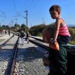 Pakolaisia lähellä Idomenin kaupunkia Pohjois-Kreikassa 19. elokuuta 2015.