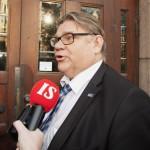 Puheenjohtaja, ulkoministeri Timo Soini perussuomalaisten puoluetoimiston edessä Helsingissä 16. lokakuuta 2015.