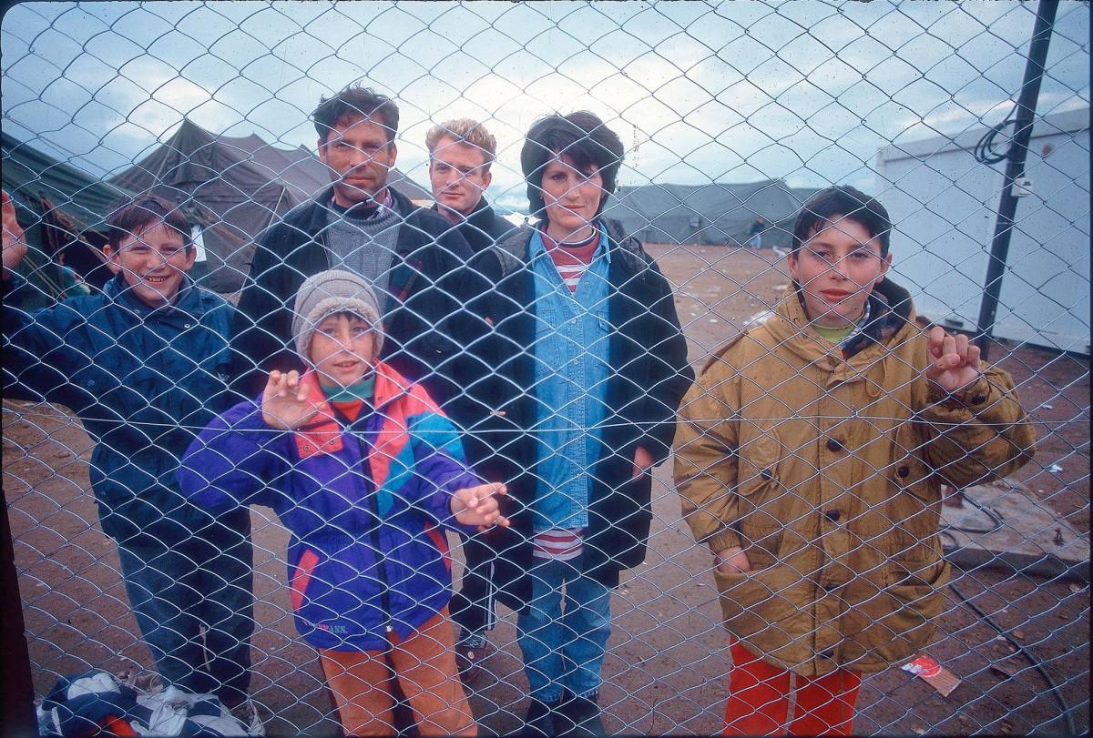 Huhtikuussa 1999 Hajrullah, Avdi, Hysni, Fetije, Drilon ja Gazmed Aliu odottivat poispääsyä Makedonian pakolaisleiriltä.