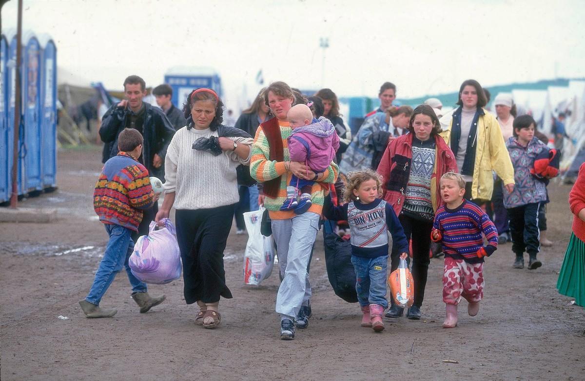 Mihrije Begolli (kesk.) kiiruhti huhtikuussa 1999 lapsineen Suomen-koneeseen pakolaisleirillä Makedoniassa. Sylissään Kushtrim, vieressä Ibadete ja Vedat. Taustalla Aferdita Aliu.