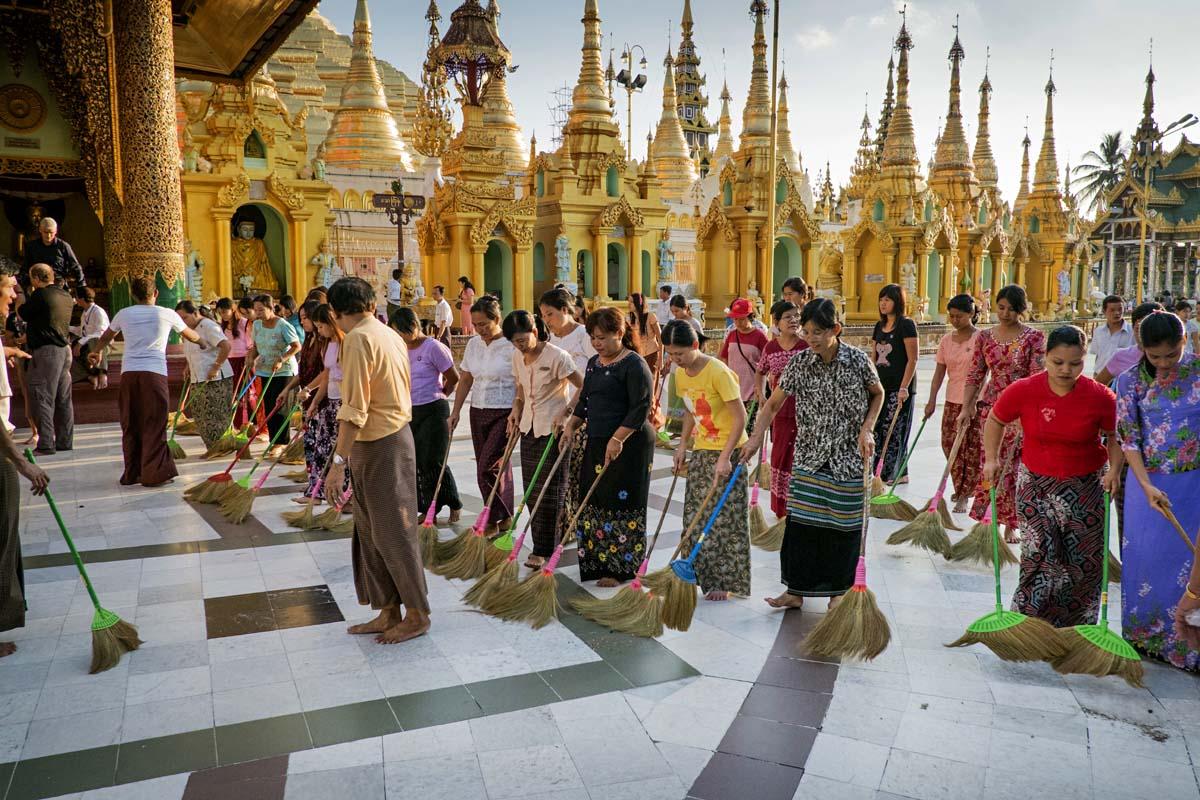 Marraskuisena lauantai-iltana vapaaehtoiset lakaisevat Shwedagon-pagodin pihat Yangonissa.