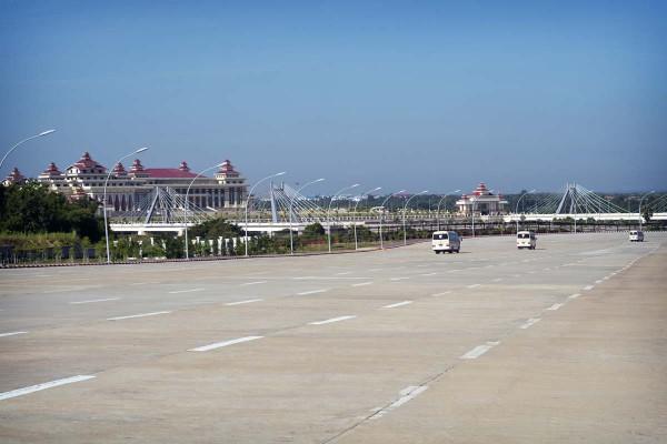 Kansanedustajat kiidätetään Naypyidaw'ssa Burmassa 20-kaistaista väylää pitkin parlamenttiin.