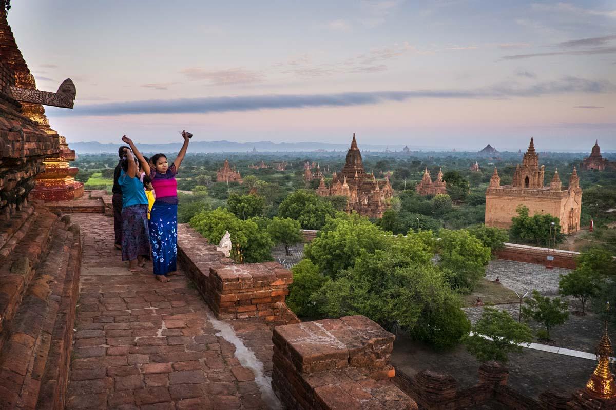 Aurinko nousee Keski-Burmassa Baganin temppelialueella.