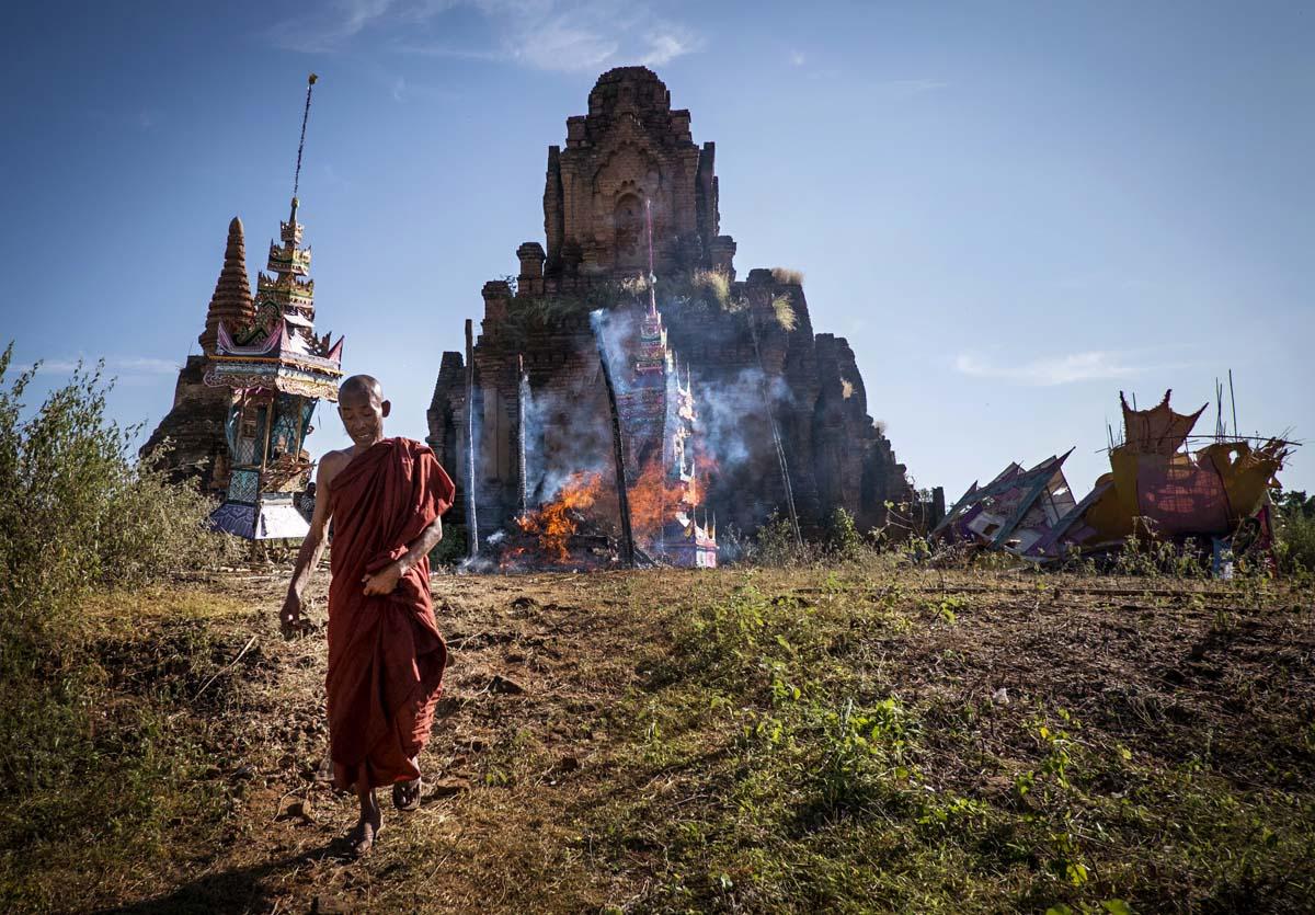 Luostarin apotin ruumis poltetaan pagodin edustalla Iravadijoen varrella Salayn kylässä.