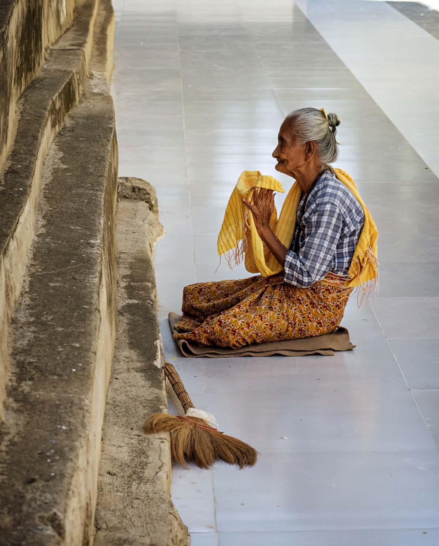Siivooja rukoilee työnsä lomassa Manuhan pagodissa Myinkaban kylässä Keski-Burmassa.