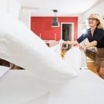 Teija Fontell majoittaa satunnaisesti Airbnb-vieraita kodissaan Helsingin Töölössä.