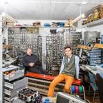 Martti Paalanen (vas.) ja Teppo Jussmäki jakavat harrastetilan, työkalut ja osaamisensa Helsinki Hacklabissa.