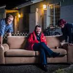 Annika Sinervo (kesk.) perusti Facebookiin ryhmän, jossa turhista huonekaluista pääsee eroon. Ari-Matti ja Pia Husa saivat kotiinsa sohvan.