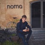 Toni Toivanen pyöräilee päivittäin kotoaan Nørrebrosta työpaikalleen Nomaan Kööpenhaminan keskustaan.
