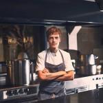 Toni Toivanen ravintola Noman pääkeittiössä, jossa annokset viimeistellään.