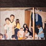 """""""Yksivuotiaan sisareni Fatiman syntymäpäiväjuhlat Rafhan pakolaisleirillä Saudi-Arabiassa toukokuussa 1993. Hän ja nuorin sisareni syntyivät leirillä. Äitini Alia Al-Seiab (vas.) yritti pitää arjen mahdollisimman normaalina. Kuvassa pidän kättäni veljeni Haidarin olalla."""""""