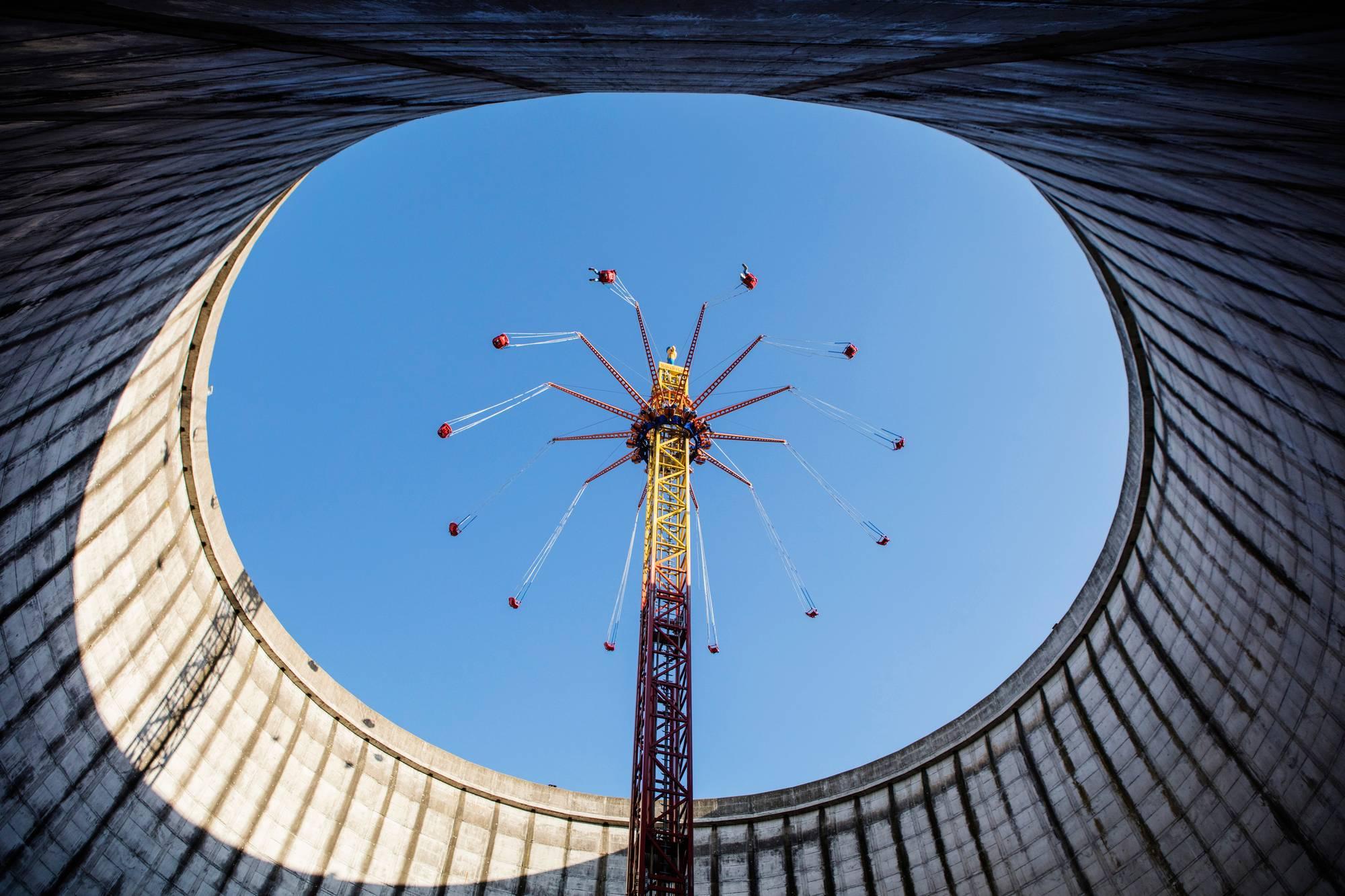Saksalaisen Kalkarin ydinvoimalan jäähdytystornissa pyörii karuselli. Uudentyyppistä voimalaa vastustettiin ankarasti eikä sitä lopulta koskaan käynnistetty.