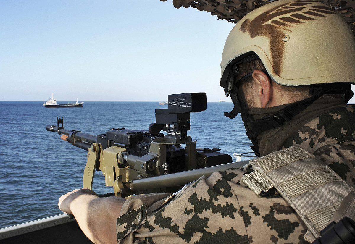 Suojelun tarpeessa. Adeninlahdella kulkevat kauppalaivat ovat Somalian rannikon merirosvojen tärkeintä riistaa.