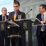 Jari Lindström (ps), Juha Sipilä (kesk) ja Petteri Orpo (kok) esittelivät hallituksen turvapaikkapoliittisen ohjelman 8. joulukuuta 2015.