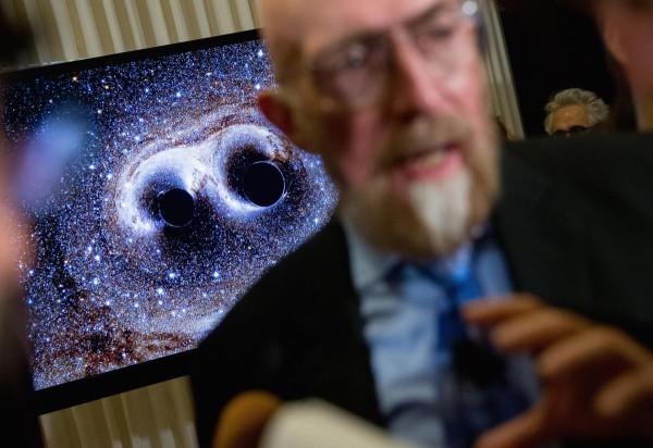Mallinnus gravitaatioaalloista ja Kip Thorne, yksi LIGO-hankkeen perustajista, Washingtonissa Yhdysvalloissa 11. helmikuuta 2016